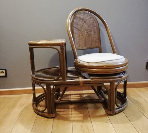 Ratanowy stolik pod telefon lub do poczekalni z obrotowym siedziskiem.