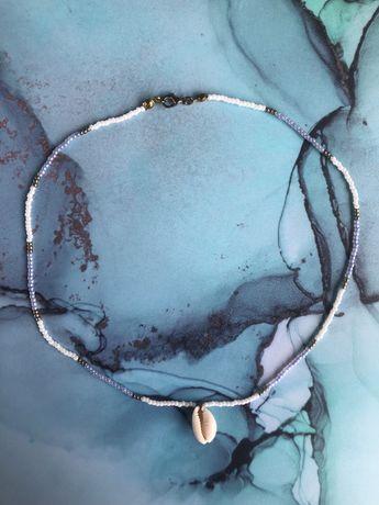 Naszyjnik handmade z muszelką kauri i szklanymi koralikami
