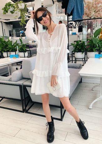 Белое шифоновое платье с оборками