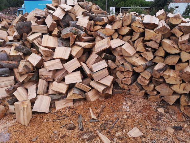 Drewno kominkowe opałowe układane na aucie dąb buk klon wiaz jawor
