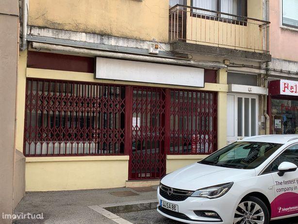 Vende-se loja na rua Barão do Corvo, Vila Nova de Gaia