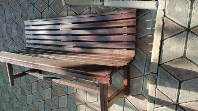 Уличная деревянная лавочка