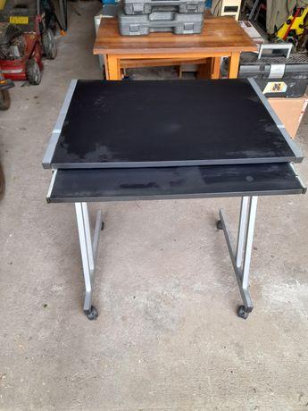 Sprzedam mały stolik na komputer.