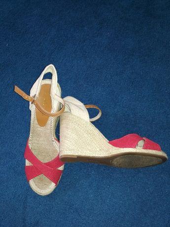Nowe sandałki na koturnie