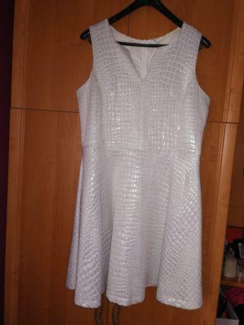 Biała sukienka rozm. 44 z dekoltem wcięciem