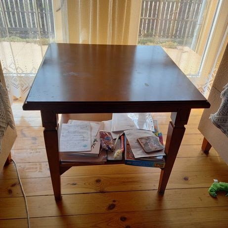 Mały kwadratowy stolik