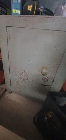 Залізний сейф з полицями