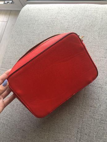 Mała czerwona torebka na pasku z łańcuszkiem