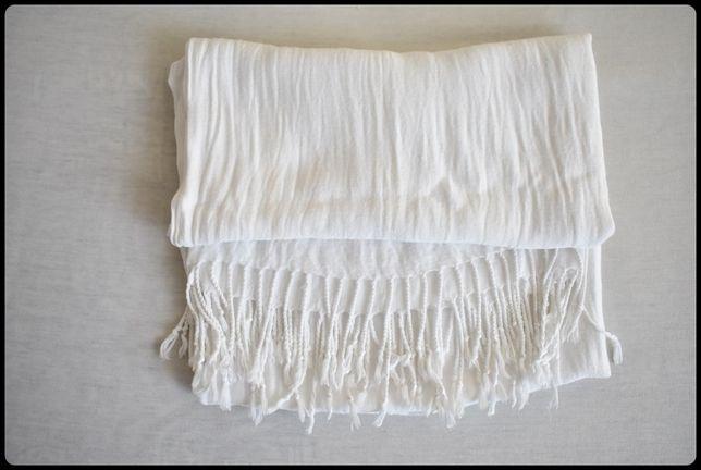 Piękny elegancki biały szal z frędzlami 180 cm