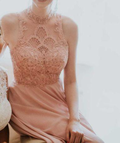 Długa sukienka na wesele w kolorze pudrowego różu