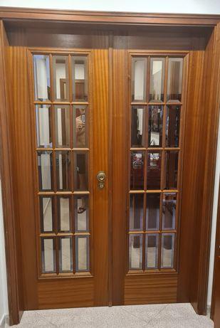 Porta com vidros + ferragens + madeira envernizada