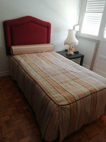 Conjunto cama, colchão, cabeceira, mesa apoio e candeeiro - urgente