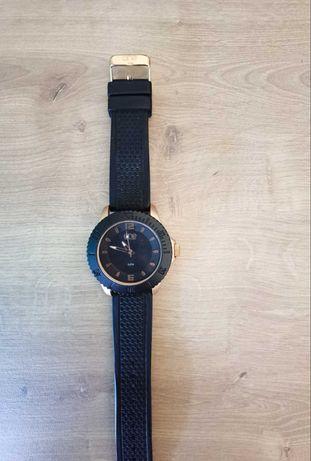 Relógio original ONE com caixa. Como novo.