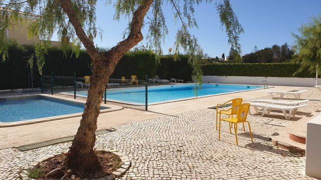 Apt T2 espaçoso com piscina comum e 700mtr das praias de Alvor