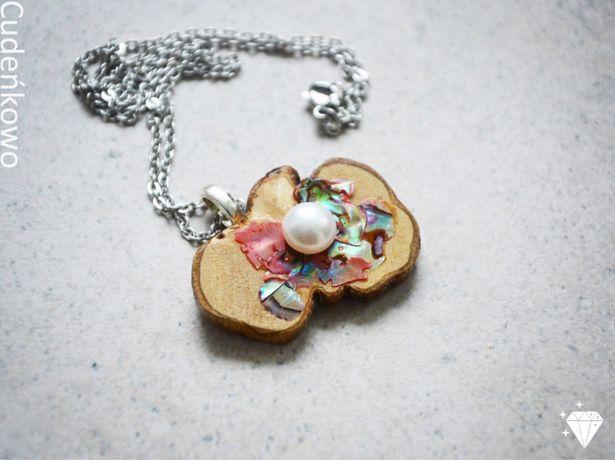 Drewniany naszyjnik różowy z perłą, rękodzieło