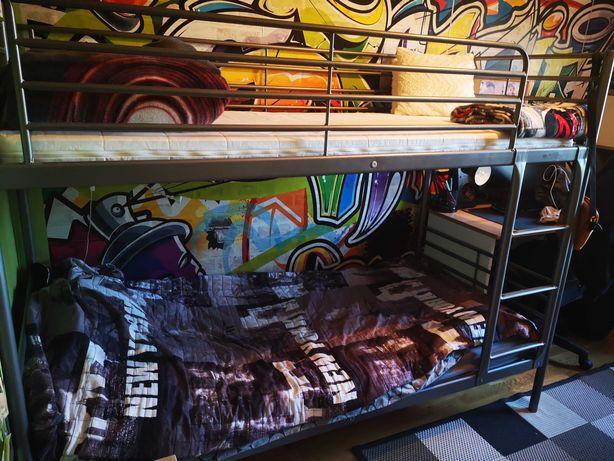 Łóżko piętrowe metalowe.