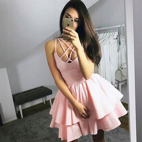 Sukienka z ozdobnym dekoltem