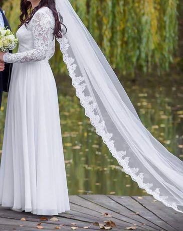 Suknia ślubna z koronki z długim welonem