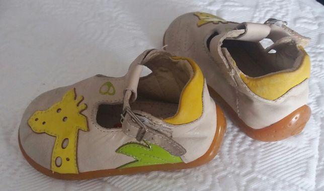 Sapatos da marca Billowy, tamanho 19