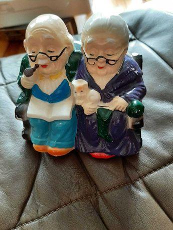 Porcelanowa figurka skarbonka babcia i dziadek na fotelu bujanym