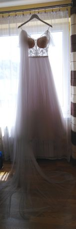 Suknia ślubna marki Kaledonia wraz z długim welonem