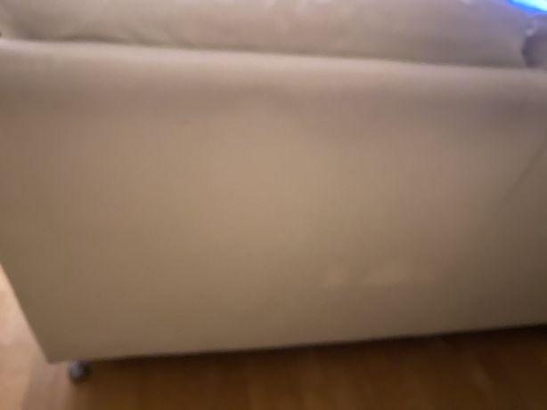 Sofa cor beje so com almofada danificada