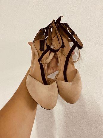 Sapato agulha Stradivarius. Portes incluídos.