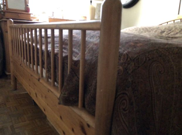 Łóżko drewniane pilne.