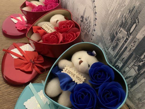Коробка в форме сердца ГОЛУБАЯ с мыльным цветком с 3 розами, 1 мишка.