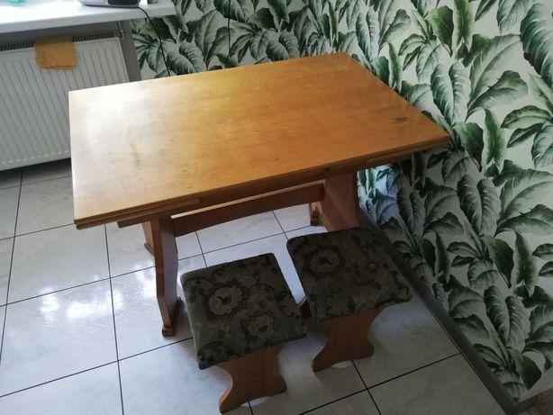 Narożnik kuchenny z stołem i krzesłami