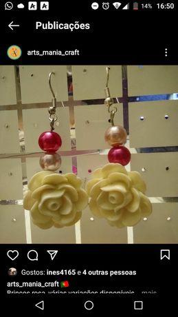 Brincos de rosa feitos à mão