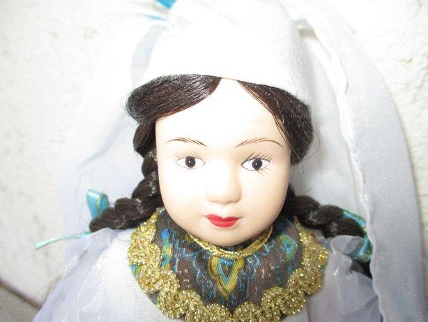 Небольшая фарфоровая куколка