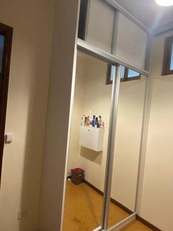 Roupeiro com portas deslizantes espelhadas