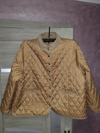 Жіноча куртка великого розміру.