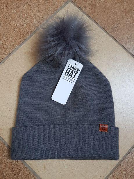 Nowa czapka z pomponem