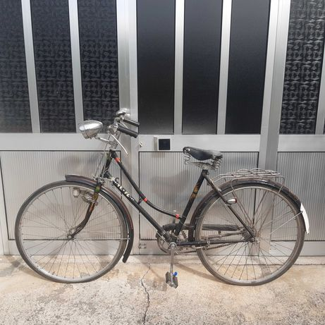 Bicicleta antiga de mulher