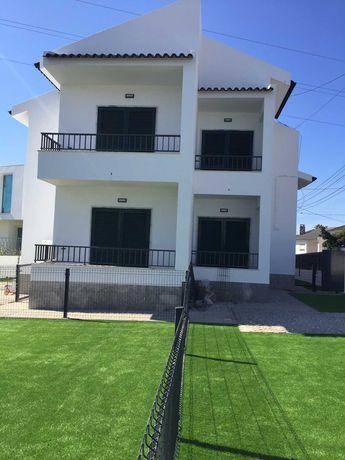 Aluga-se 1º andar de moradia bifamiliar T3 em Porto Salvo