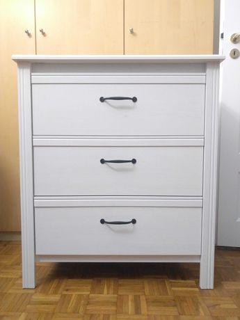 Biała komoda z szufladami na nóżkach Ikea Brusali