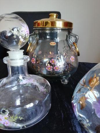 potes e garrafas de vidro