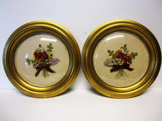 2 antigas molduras com arranjos de flores em veludo feitas à mão