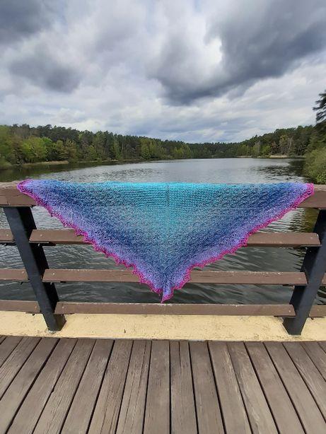 Duża, ażurowa chusta zrobiona na drutach