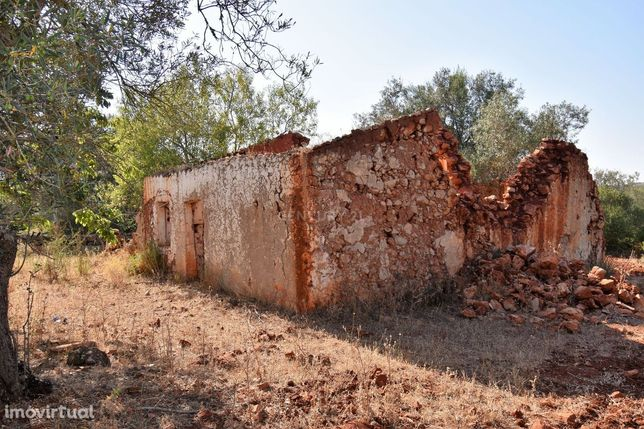 Ruína isolada com terreno de 3680 m2 no Poço do Gueino