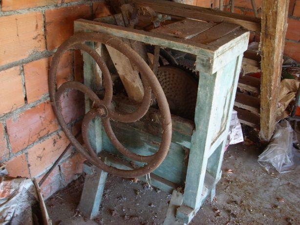 Debulhador antigo de milho.