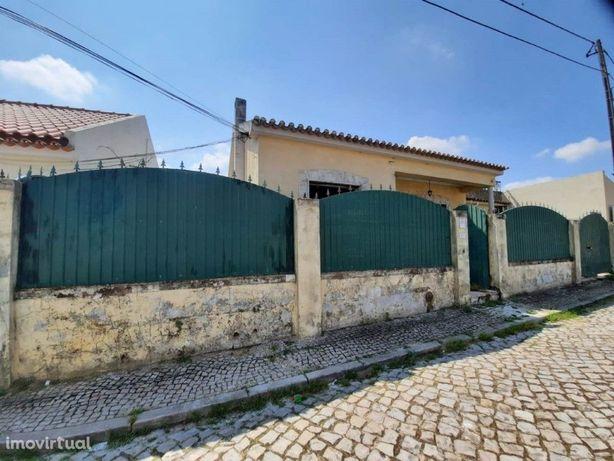 Moradia V2 para remodelação total localizada no Pinhal Novo