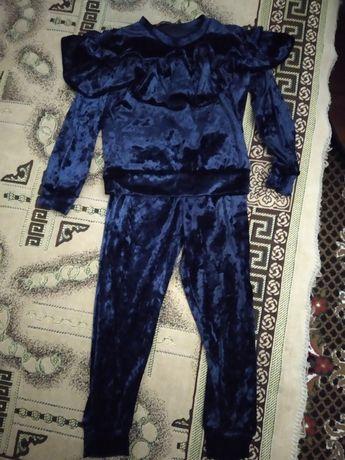 Велюровый костюм на девочку 4-5 лет