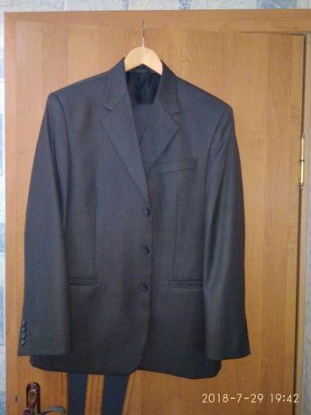 Стильний чоловічий костюм