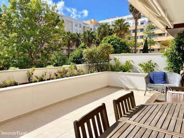 Apartamento T4 com dois terraços, em condomínio fechado, nos Jardins d