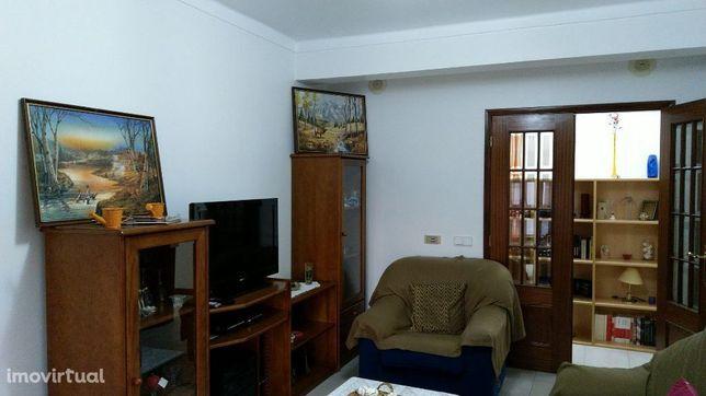 Apartamento T2 com varanda. Mobilado e equipado.