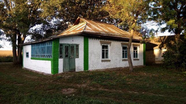 Продам кирпичный дом Долинка приватизирован участок пол гектара, озеро