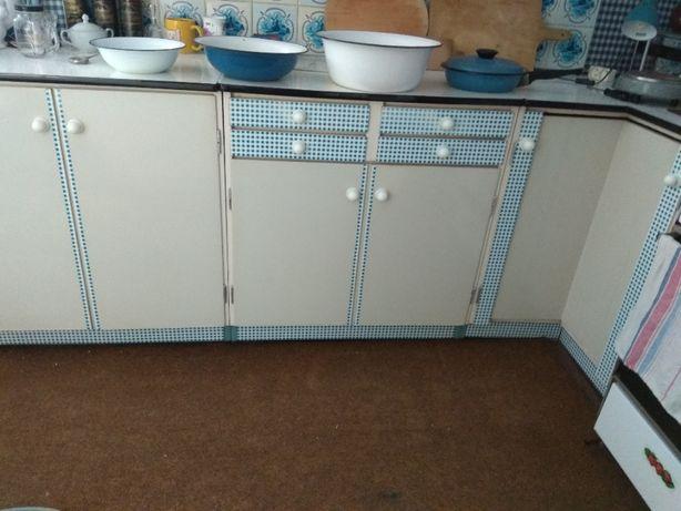 Białe malowane meble kuchenne z okresu PRL
